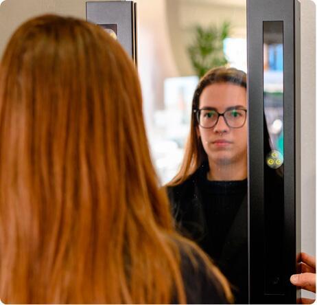 Equipamento inovador de medição para as lentes Rodenstock, vindo da Alemanha. Possui duas câmeras que fotografam o rosto do consumidor com os novos óculos em vários ângulos e, desta forma, obtém as medidas precisas para a confecção das lentes oftálmicas, além de facilitar a escolha do produto que fica mais confortável e que mais agrada o cliente. Lentes Impression: primeira lente do mundo que proporciona plena correção para todas as distâncias a partir de parâmetros individuais nunca antes utilizados. São produzidas para atender às necessidades particulares de cada cliente.
